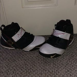 """Lebron 5 """"fearless"""" size 10 used with box"""